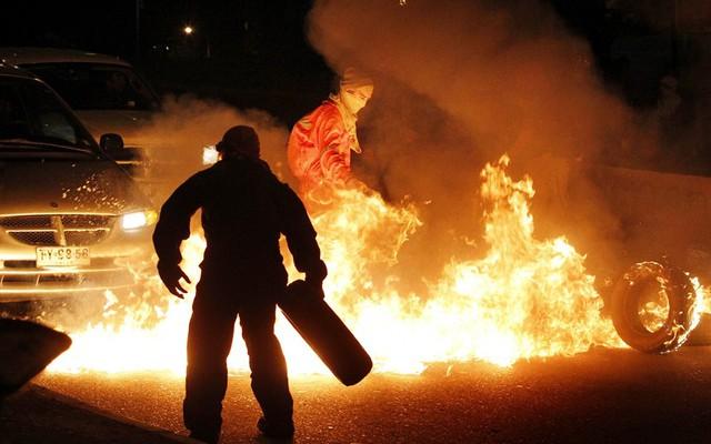 Sinh viên đốt lốp xe trong cuộc biểu tình ở thành phố Valparaiso, Chile, để yêu cầu chính phủ cải cách hệ thống giáo dục công lập.