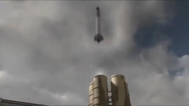 Cùng lúc đó, tên lửa của hệ thống S-300 mới bắt đầu rời khỏi bệ phóng.