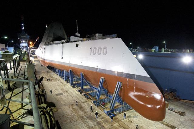 Không giống như tàu khu trục tiêu chuẩn, mạn tàu của DDG-1000 rộng hơn tại vị trí mép nước. Kích thước chiều ngang ở vị trí rộng nhất là 24,6 m và dài 182 m.