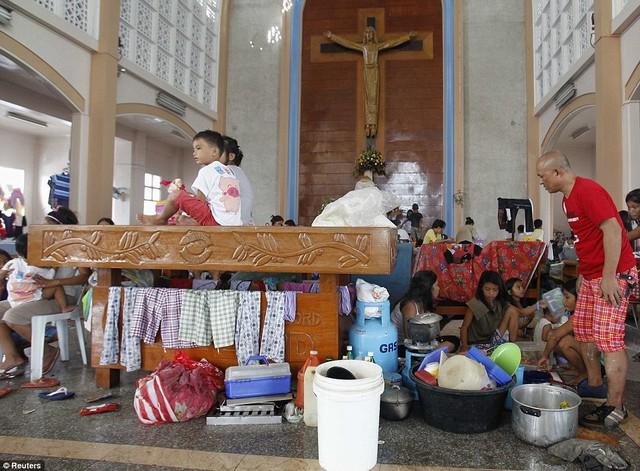 Những đứa trẻ may mắn sống sót sau siêu bão Haiyan đang cùng gia đình ở tạm tại một nhà thờ.