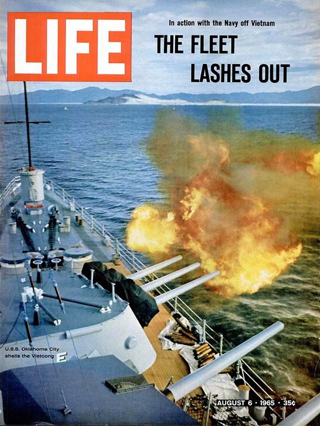 Chiến hạm U.S.S Oklahoma City của Mỹ nã đạn vào vị trí của quân Giải phóng. Số ra ngày 6/8/1965.