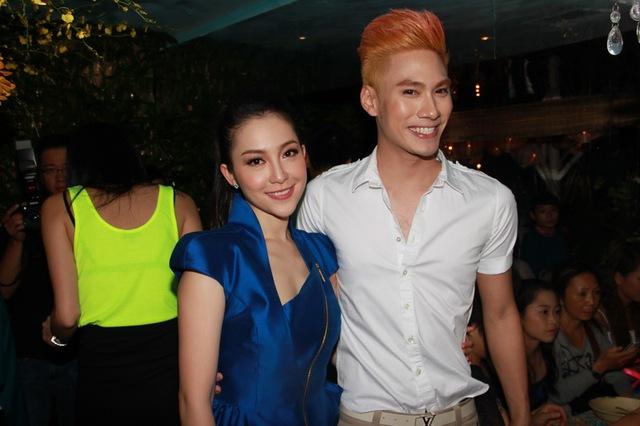 Nhà thiết kế Lý Quý Khánh nổi bật với mái tóc rực rỡ.