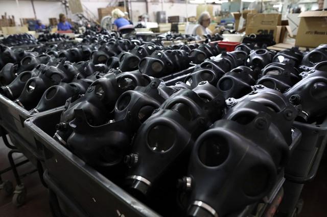 Công nhân làm việc trong nhà máy sản xuất mạt nạ phòng khí độc Shalon ở Kiryat Gat, Israel.