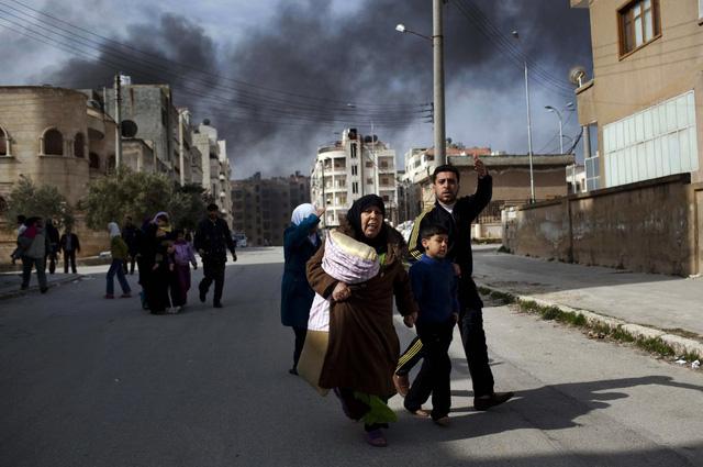 Một gia đình thoát khỏi cuộc giao tranh ác liệt giữa phiến quân và quân chính phủ ở Idlib, Syria, ngày 10/3/2012.