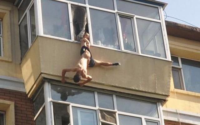 Cảnh tượng một phụ nữ cố gắng ngăn chồng nhảy lầu tự tử ở thành phố Trường Xuân, Cát Lâm, Trung Quốc.