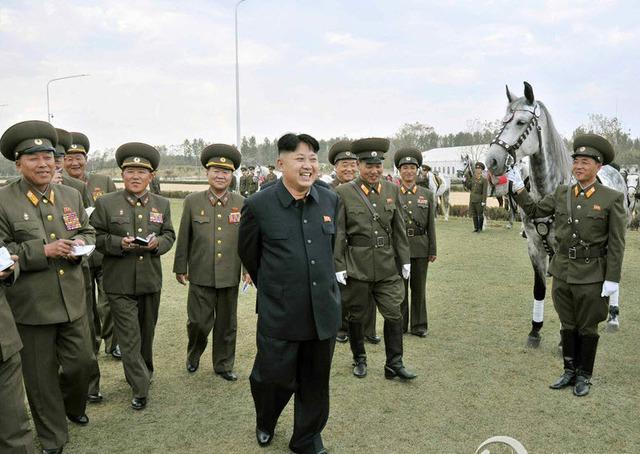 Nhà lãnh đạo Kim Jong-un tới thăm trường đua ngựa ở thủ đô Bình Nhưỡng, Triều Tiên.