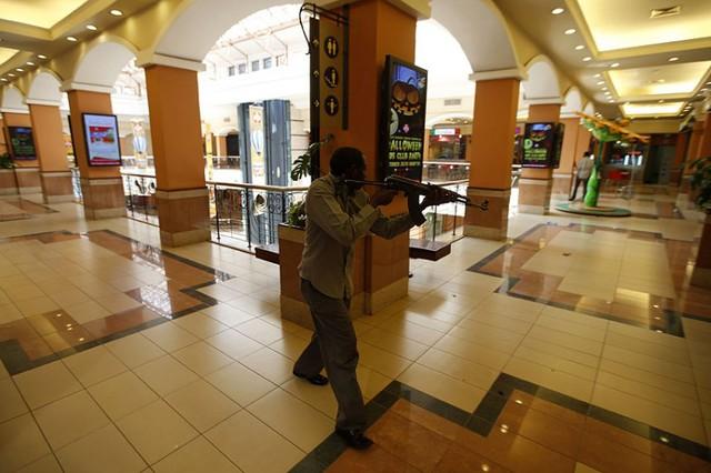 Cảnh sát chiến đấu với nhóm khủng bố trung tâm thương mại.