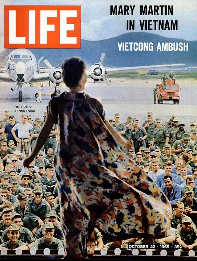 Hình ảnh ca sĩ Mỹ Mary Martin tới Nha Trang biểu diễn cho lính Mỹ xem. Số ra ngày 22/10/1965.