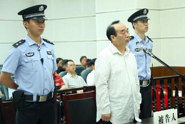Ông Lôi Chính Phú, nguyên bí thư Quận ủy Bắc Bội (Trùng Khánh, Trung Quốc) bị lộ băng quan hệ với tình nhân trên mạng, đã bị tòa án tuyên 13 năm tù giam vì tội nhận hối lộ.