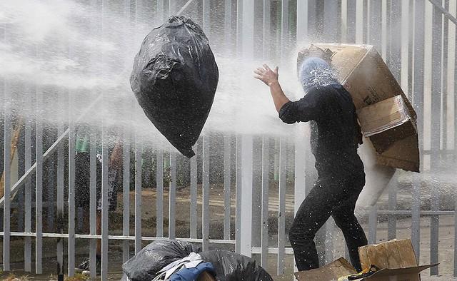 Một sinh viên bị cảnh sát chống bạo động dùng vòi rồng phun nước trong cuộc biểu tình chống chính phủ ở thành phố Valparaiso, Chile.