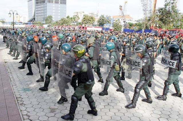 Lực lượng cảnh sát tham gia diễn tập chống bạo loạn quy mô lớn tại thủ đô Phnom Penh, Campuchia.