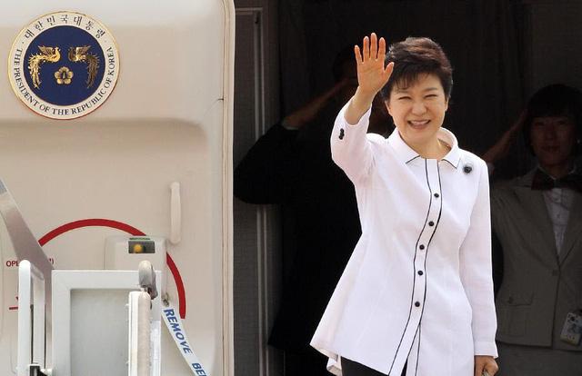 Tổng thống Hàn Quốc Park Geun-hye vẫy tay chào trước khi lên máy bay tại sân bay ở thành phố Seongnam, để bắt đầu chuyến thăm Trung Quốc trong 4 ngày.