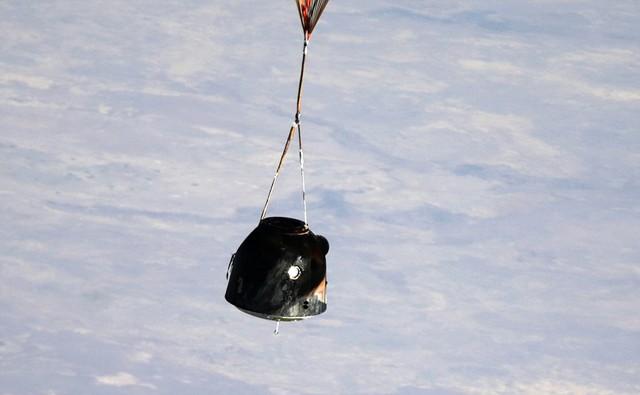 Ba nhà phi hành gia người Nga và Mỹ trở về Trái đất trên tàu vũ trụ Soyuz sau khi làm việc 6 tháng trên Trạm không gian quốc tế (ISS).