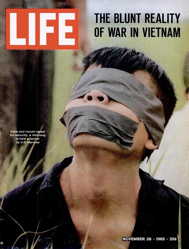 Hình ảnh đau lòng về một người lính Việt Nam bị quân Mỹ bắt được. Số ra ngày 26/11/1965.