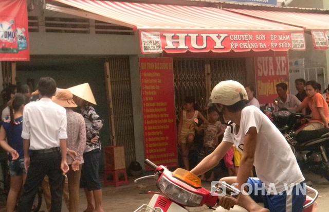 Nhiều người đến chia buồn cùng vợ chồng anh chị Trần Thị Sang