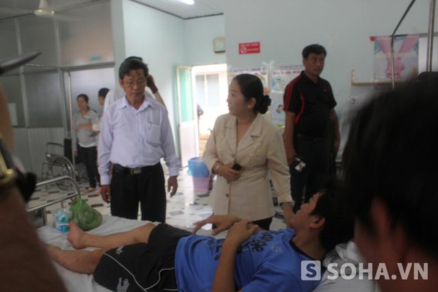 Những nạn nhân may mắn sống xót trong vụ lật ca nô đang được cấp cứu tại bệnh viện Đa khoa Cần Giờ