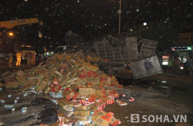 Vụ va chạm khiến chiếc xe tải bị lật làm hàng trăm thùng sữa tung tóe trên mặt đường