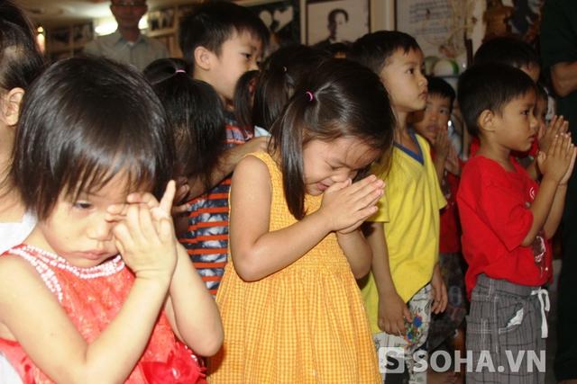 Những cháu bé tại Trung tâm nhân đạo quê Hương viếng Đại tướng
