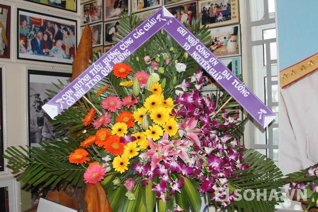 Vòng hoa của Trung tâm ghi nhớ công ơn Đại tướng đặt bên bàn thờ