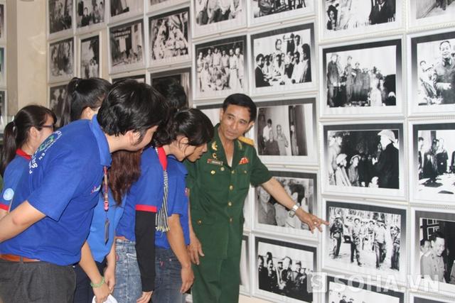 Đại tá Dương Hoàng Tiến đến thắp nhang, kể chuyện và giải thích những tấm ảnh chụp hoạt động của Đại tướng để thế hệ trẻ biết và hiểu hơn về công lao của Bác