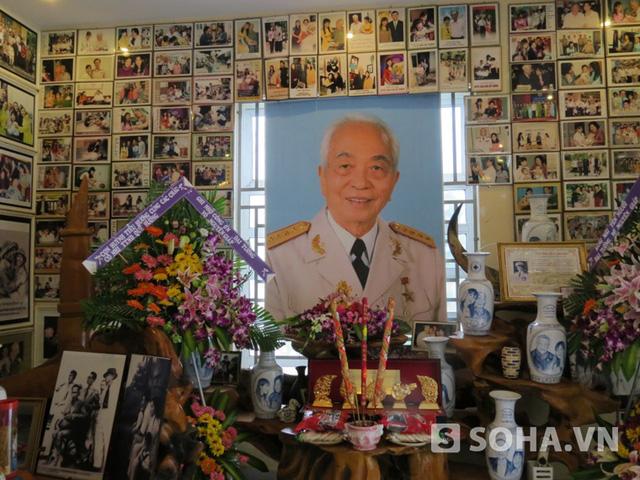 Bàn thờ Đại tướng Võ Nguyên Giáp được lập trong phòng trưng bày của Trung tâm nhân đạo Quê Hương