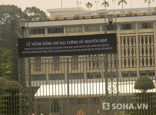 Trước cổng Dinh Độc Lập có dòng chữ chỉ dẫn nới viếng Đại tướng