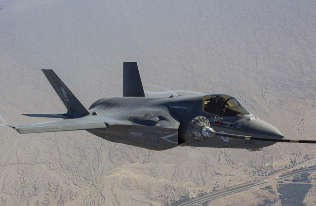 Ảnh: AV-8B Harrier và F-35B sát cánh trên bầu trời