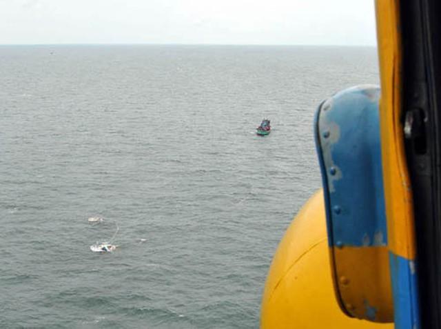 Vị trí chiếc tàu bị nạn nhìn từ trực thăng xuống (Ảnh báo quân đội nhân dân)