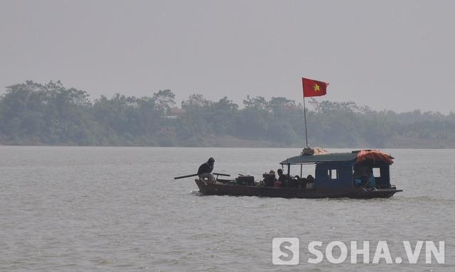 Nhiều thuyền bè được huy động để tìm thi thể nạn nhân.