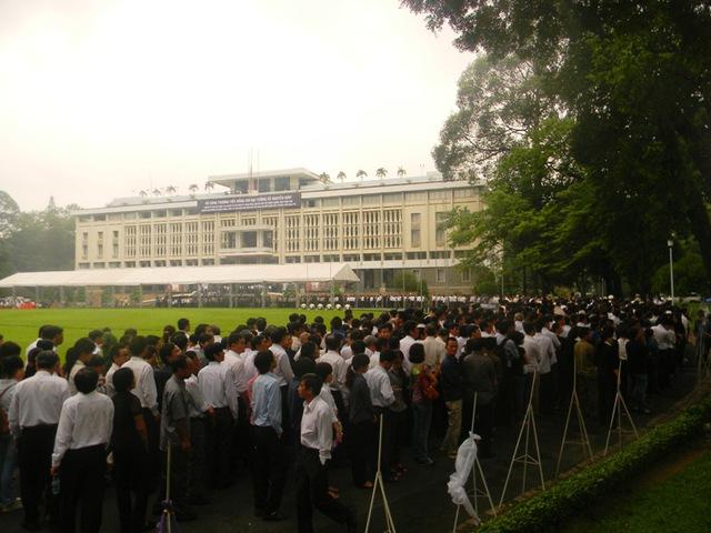 TP.HCM: Dòng người đến viếng Đại tướng tiếp tục xếp hàng dài