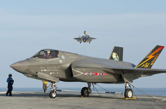 F-35B trong cuộc bay thử nghiệm cất hạ cánh lần 2 trên tàu đổ bộ USS Wasp (LHD1)
