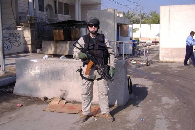 Một nhân viên của RSB gác tại toà đại sứ Nga ở Iraq