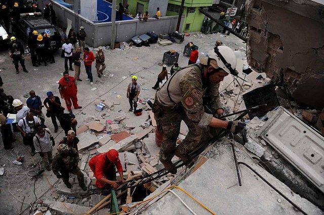 Một lính cứu thương đường không tham gia cứu hộ tại Haiti sau trận động đất kinh hoàng năm 2010