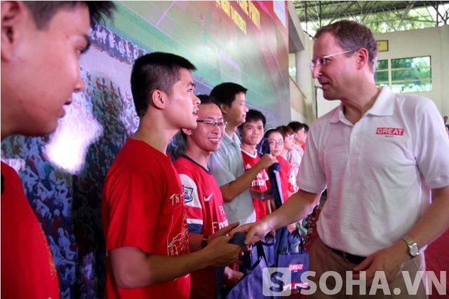 Đại diện của Đại sứ quán Anh cũng có mặt tại buổi gặp mặt và hâm nóng cho sự kiện Arsenal đến Việt Nam.