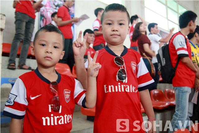 2 Fan hâm mộ nhỏ tuổi của