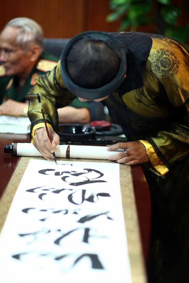 'Ông đồ' Kiều Quốc Khánh cặm cụi và tỉ mẩn từng nét chữ để hoàn thành tác phẩm của mình