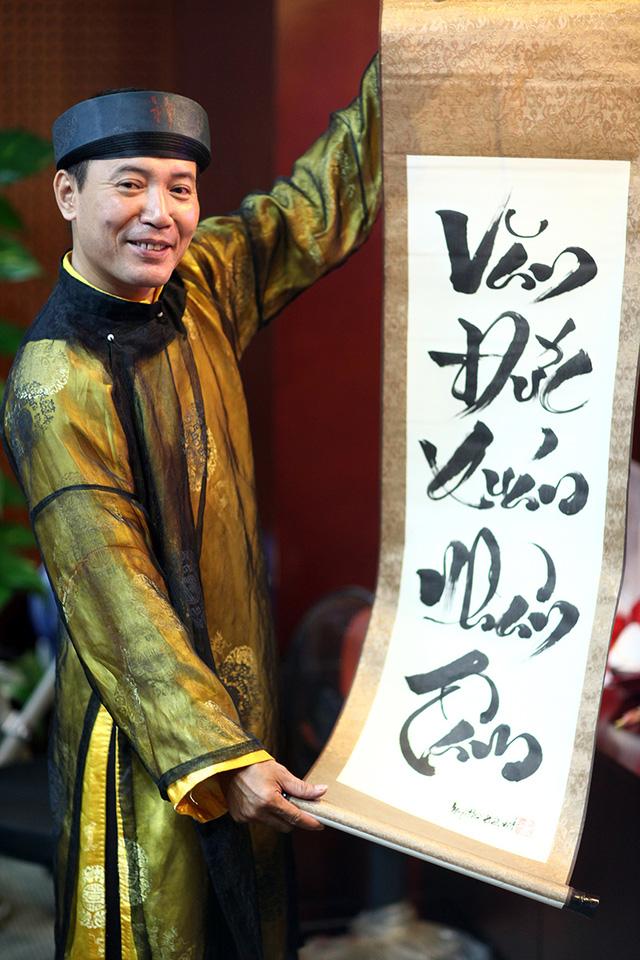 Nghệ nhân thư pháp viết cặp câu đối mừng tuổi 103 của Đại tướng Võ Nguyên Giáp