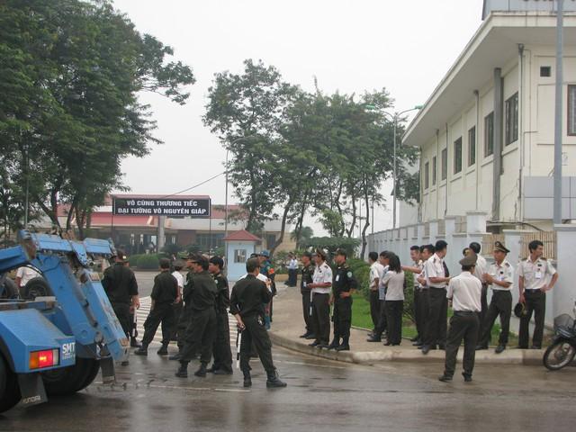 Lực lượng an ninh dày đặc tại cửa sân bay, nơi đưa linh cữu Đại tướng vào