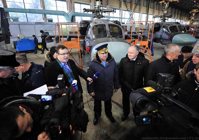 Tham dự buổi lễ có tư lệnh không quân Nga Viktor Bondarev, giám đốc công ty trực thăng Nga Alexander Mikheyev và giám đốc điều hành nhà máy Progress Yury Denisenko.