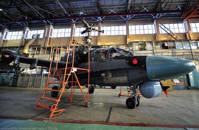 Ka-52 sử dụng 2 động cơ tuốc bin trục TV3-117VMA giúp máy bay đạt vận tốc tối đa 310km/h, trần bay 5.500m.