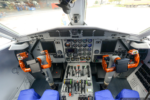 Buồng lái hiện đại của máy bay L-410, bên cạnh đó chúng ta vẫn thấy quạt con cóc quen thuộc trên các máy bay vận tải, trực thăng của Liên Xô cũ