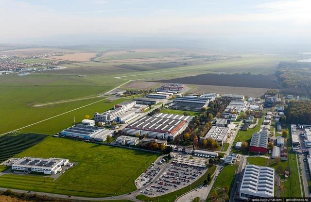 Nhà máy Let Kunovice nằm cách thủ đô Praha 300km. Hiện nay, nhà máy có 920 nhân viên.