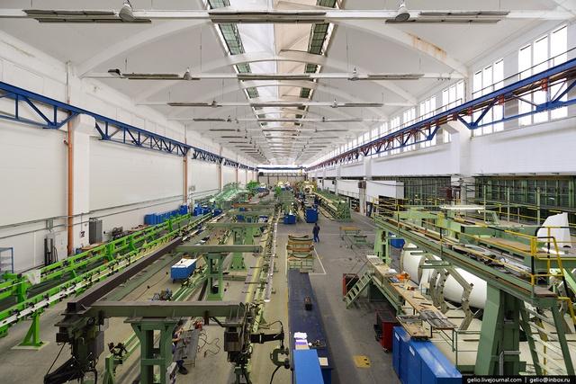 Khu vực sản xuất khung thân máy bay, phần dây chuyền màu xanh lá cây là của dòng máy bay vận tải L-410 thế hệ mới