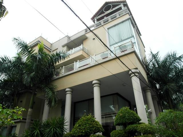 Các tầng của biệt thự được liên thông bằng hệ thống thang máy. Trên sân thượng có cả ồ bơi.