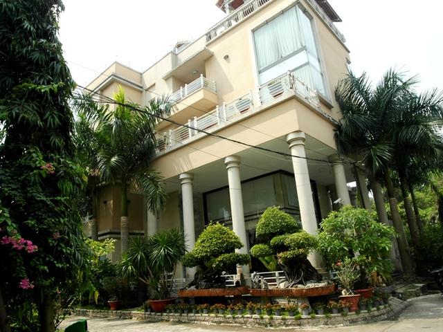 Căn biệt thự có một trệt, 2 lầu và 1 sân thượng.