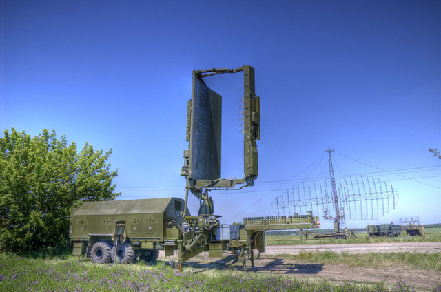 Phần ăng ten và buồng điều khiển của đài radar được đặt trên khung gầm rơ-mooc KRAZ đem lại khả năng cơ động cao, phù hợp với điều kiện tác chiến hiện nay