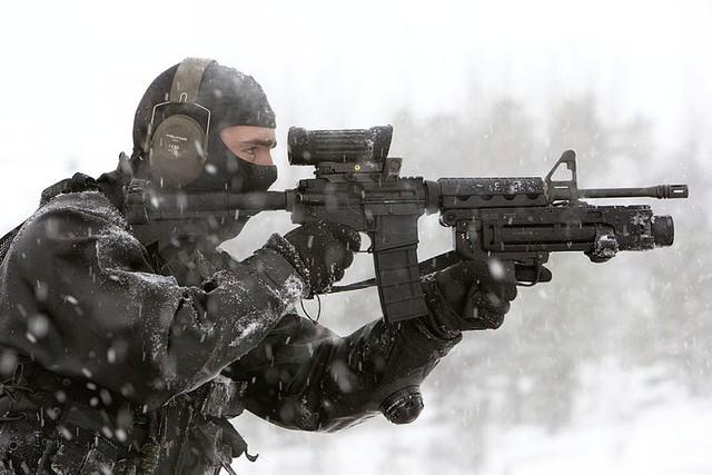Một khẩu C8 được gắn kèm súng phóng lựu 40mm