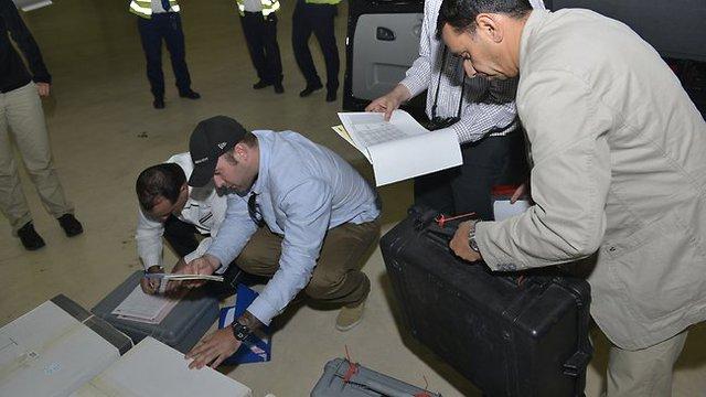 Các mẫu vũ khí hóa học mang ra từ Syria đang được kiểm tra lại trước khi chuyển tới The Hague, Hà Lan.