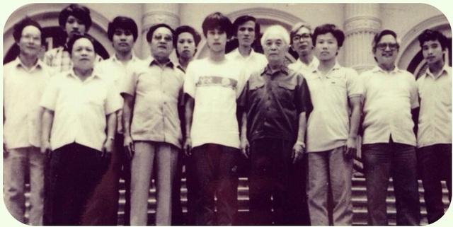Đại tướng Võ Nguyên Giáp chụp cùng đội tuyển thi Toán học quốc tế vào năm 1989 - GS Ngô Bảo Châu đứng phía bên phải Đại tướng (Nguồn: facebook Phương Nhưng)