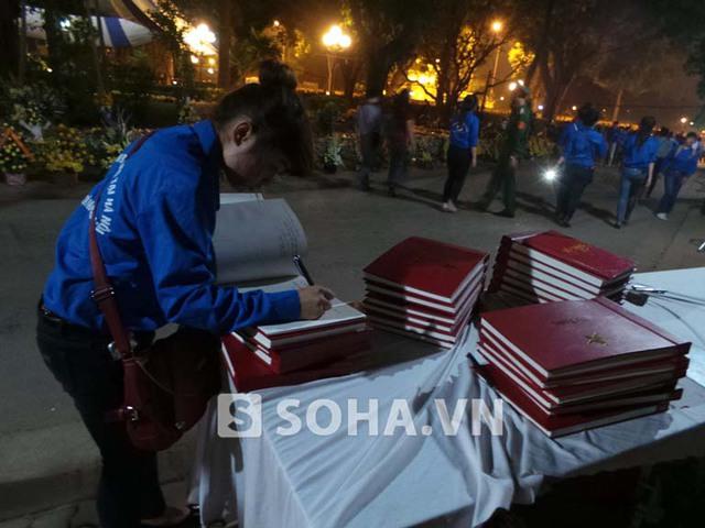 Những cuốn sổ tang đã đóng nhưng tình cảm của dân tộc Việt Nam dành cho Đại tướng vẫn luôn mở rộng.